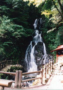 調音の滝。耳を澄ますと滝を流れる水の音が自然のメロディを奏でます。