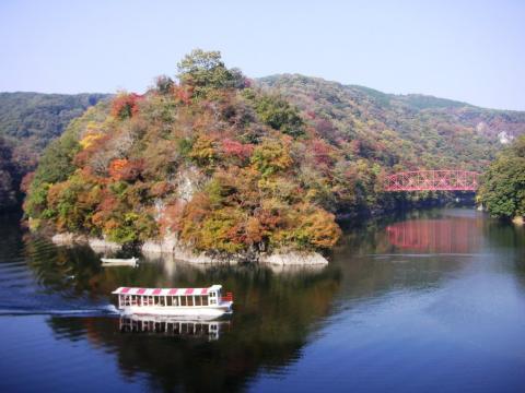 帝釈峡神龍湖の紅葉と遊覧船